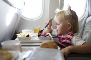 Kinder essen im Flugzeug