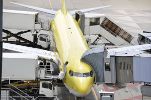 Flugzeug wird beladen durch Catering-Unternehmen