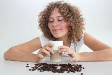 Frau mit fairem Kaffee