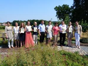Die Preisträgerinnen und Preisträger freuen sich mit ihren jeweiligen Betreuern und den beiden Juroren, Dr. Sabine Schopp (1. von rechts) und Prof. Dr. Dorothee Straka (1. von links) über die Auszeichnungen. Foto: Hochschule Osnabrück