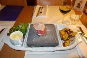 Thunfisch-Steak auf Lavastein: Erlebnisgastronomie an Bord der Victoria I. Foto: Tallink Silja