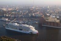 Das Kreuzfahrtschiff AIDA läuft in den Hamburger Hafen ein.