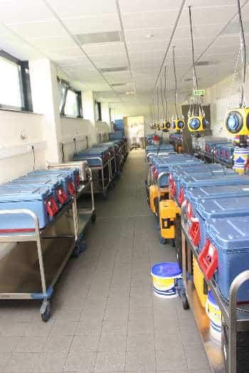 First in, first out: Zuerst werden die Thermoboxen am Ausgang bestückt. Foto: CM/max