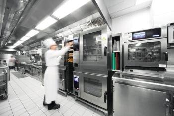 Koch kocht mit Kombidämpfer. Foto: MKN