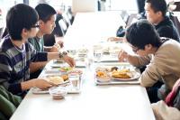 Studierende beim gemeinsamen Essen in der Mensa. Foto: Mensa Campus Siegen