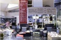Blick über die Front-Cooking-Theke in die Küche des Marktrestaurants OhJulia in München