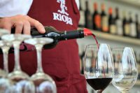 Ein Kellner schenkt Rioja-Wein aus