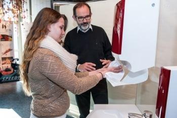 Fachlehrer Hans Robker erklärt Schülerin richtiges Händewaschen. Foto: CWS bosco
