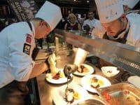 IKA-Köche beim Anrichten der Speisen