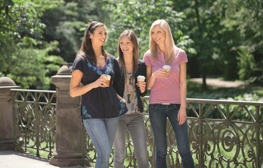 Junge Frauen mit Coffe to go im Park