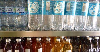Mehrwegflaschen im Regal