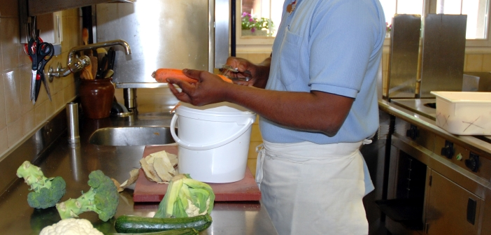 Koch bereitet Gemüse zu