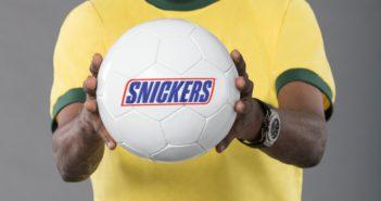 Fußball mit Snickers-Aufschrift als Aufhänger der neuen Snickers-Kampagne