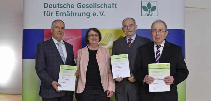 Prof. Ulrike Arens-Azevêdo überreicht die Ehrenmitgliedschaft an (v. l. n. r.) Prof. Dr. Ibrahim Elmadf, Prof. Dr. Günther Wolfram und Prof. Dr. Helmut Erbersdobler. Foto: Christian Augustin