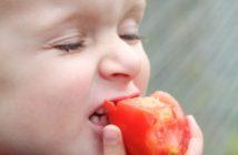 Kind isst Tomate