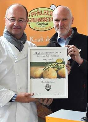 Manfred Schwarz und Georg Riede mit der offiziellen Ernennungsurkunde des neuen
