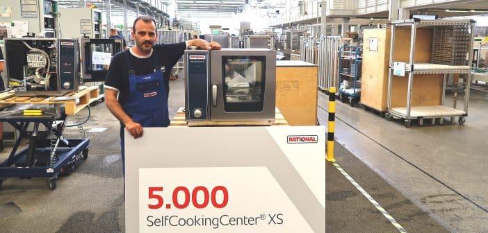 Luca Chiriatti im Rational-Werk mit dem 5.000ste SelfCookingCenter XS