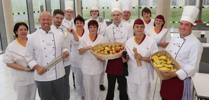 Rafael Platzbecker mit seinem Küchenteam der Landesschulen NRW.