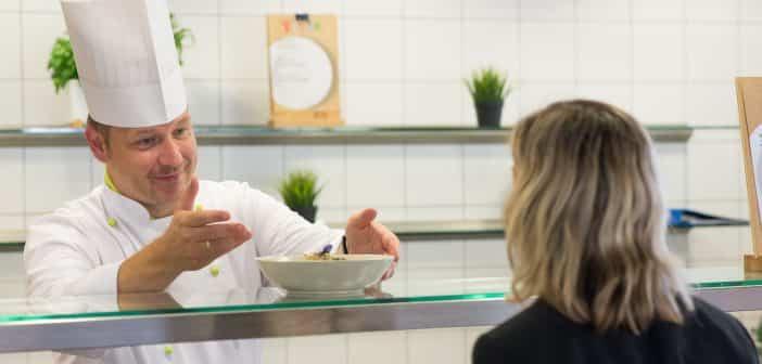 Der Betriebsleiter der Apleona HSG Culinaress in Taufkirchen, Hennig Aldag, informiert über das Konzept FoodPRINT.