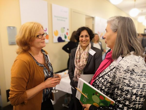 Sonja Fahmy mit Dr. Kiran Virmani im Gespräch.