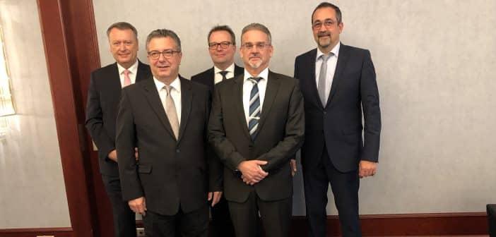 Der neue Vorsitzende der DEHOGA-Fachabteilung Gemeinschaftsgastronomie Hans-Jürgen Fiedler (2.v.l.) zusammen mit seinem Stellvertreter Andreas W. Ehrich (2.v.r.) und Schatzmeister Anton Schmidt (r.) sowie den Beisitzern Markus Berdyszak (l.) und Andreas Vossmöller.