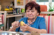 Senioren schält Kartoffel in Senioreneinrichtung