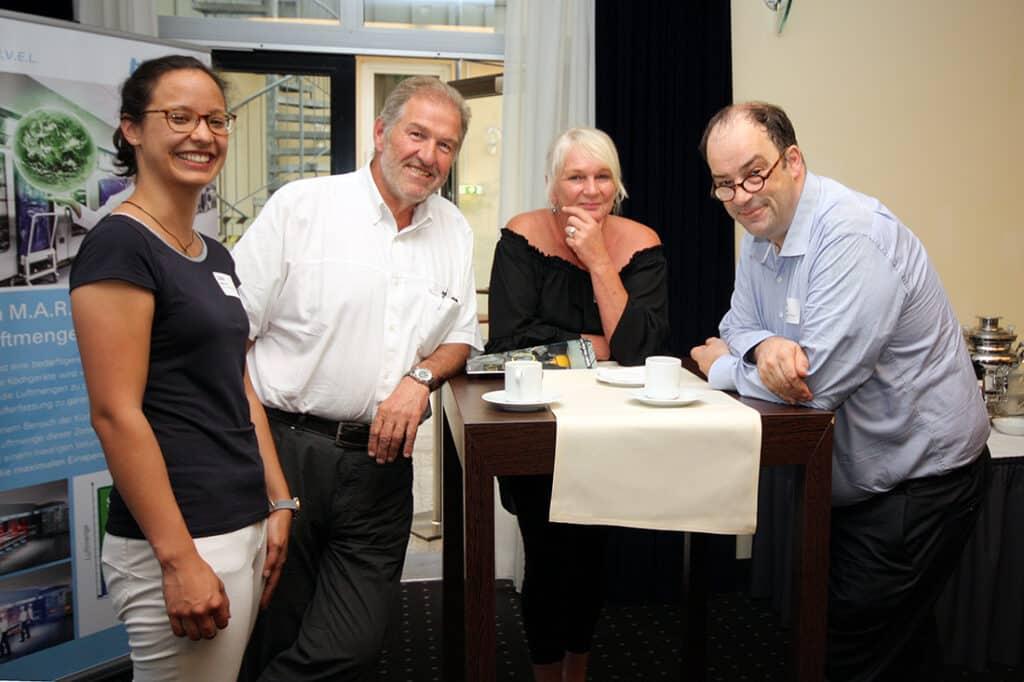 Phelia Tran (Giel Planungsgesellschaft), Michael Dagn (Halton Foodservice), Susanne Schmöhl (Catering Management Mediaberatung) und Ian Waldow (Tyco/Johnson Controls) auf dem Baupraxistag in Frankfurt