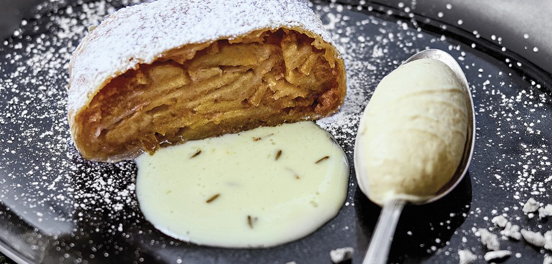 Apfelstrudel mit Bratapfelhalbgefrorenen und Lavendelsauce
