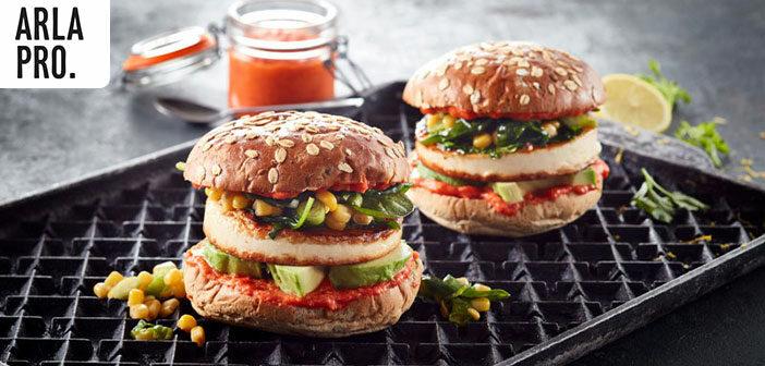 Burger mit Grilling Cheese, Avocado, Mojo Rojo und geröstetem Mais