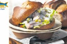 Matjes-Bagel mit Hummus, Gurke und Tomate