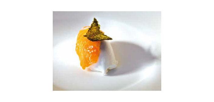 Geräuchertes Eis und Lachs-Sushi