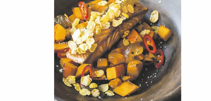 Lachsfilet mit Kürbisragout und Cornflakes