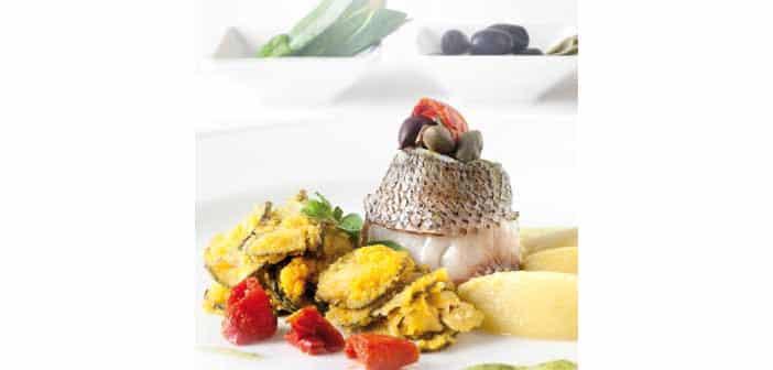 Seebarschroulade mit Kapern, Kräutern, Oliven, Sellerie und Zucchinispitzen
