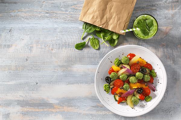 Spinat-Ricotta-Klößchen auf lauwarmem Gemüsesalat mit Gremolata