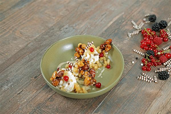 Zimt-Creme mit Birnen-Kompott und karamellisierten Nüssen